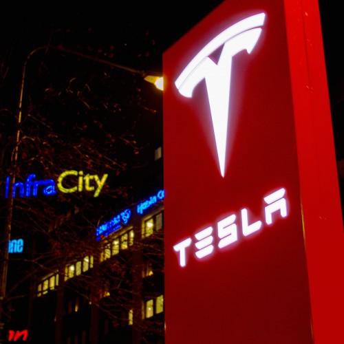 Tesla, ljusskylt, pylon