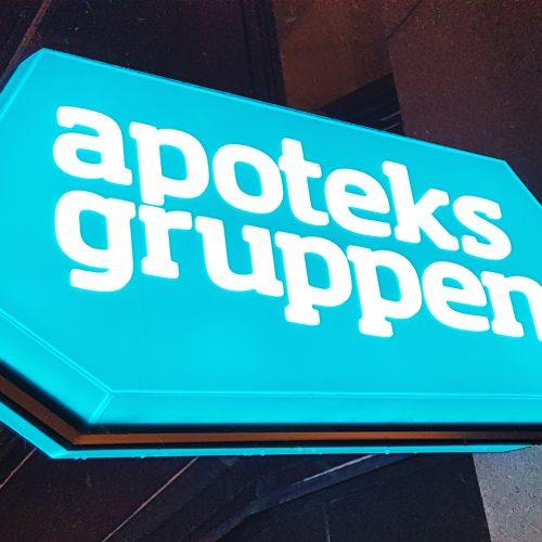 Apoteksgruppen, Arlanda Airport – Dubbelsidig flaggskylt