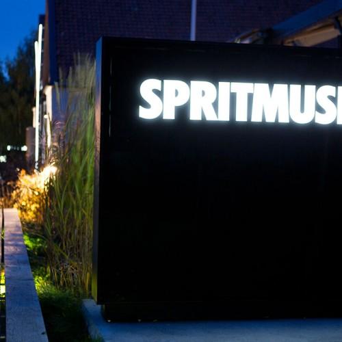 Spritmuseum, ljusskylt, fasad och pylon